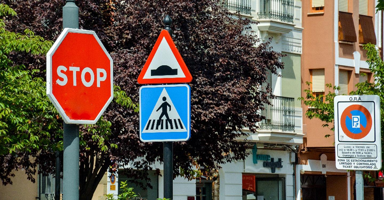 El Ayuntamiento cambia los mástiles de la señalización vertical de la calle Don Víctor