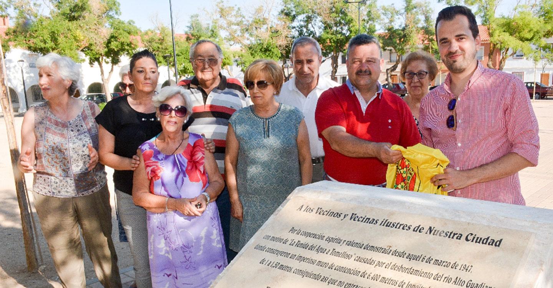 Inauguración de  un monolito en la plaza del Carmen como homenaje a los 7.000 hombres y mujeres que evitaron la tragedia en 1947