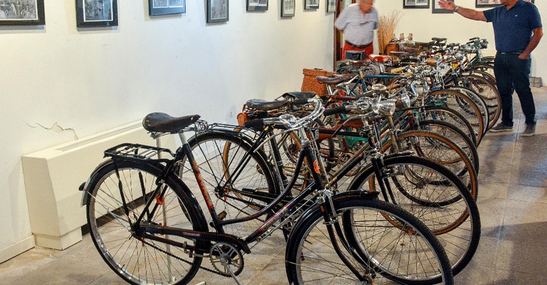 Mañana finaliza la exposición de bicicletas antiguas en la Posada de los Portales