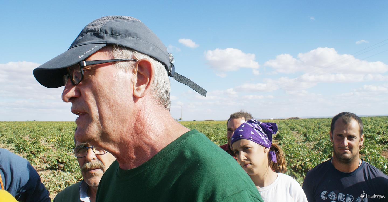 Diego Cañamero visita el campo manchego