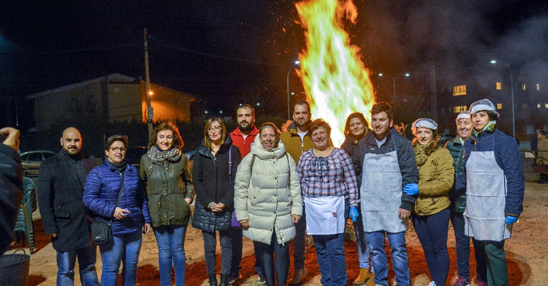 Jiménez destaca el importante trabajo de la Asociación de Celíacos, beneficiaria de la hoguera de San Antón de este año