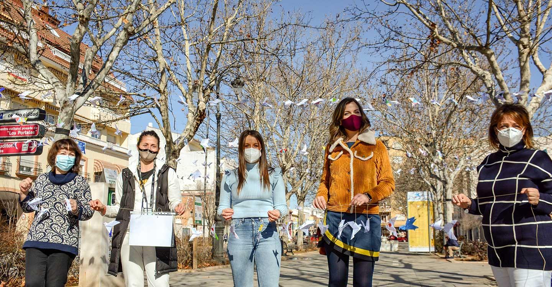 400 palomas de papel diseñadas por escolares sobrevuelan el Paseo de las Moreras para celebrar el Día de la Paz