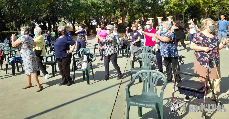 Tomelloso celebra el Día Internacional de las Personas de Edad con ejercicio físico, tejiendo solidaridad y fotografiando sus patios