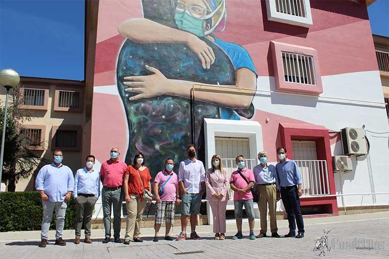 La fusión de arte, colores y un mural en homenaje a los abrazos llenan de vida a AFAS Tomelloso