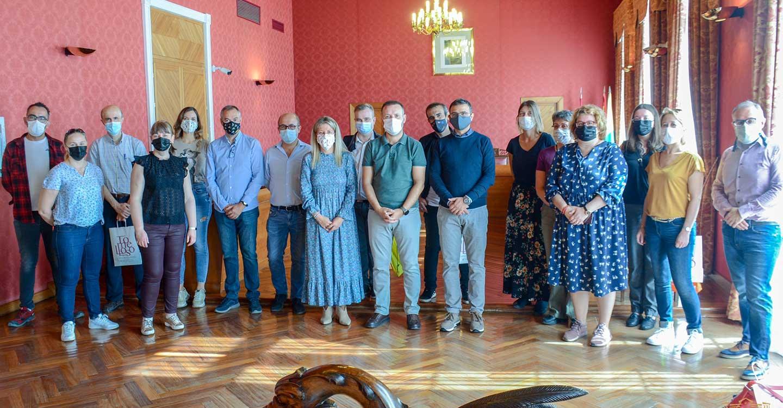 La alcaldesa de Tomelloso da la bienvenida a la ciudad a profesores de cinco países que participan en un curso del programa Erasmus en el IES García Pavón