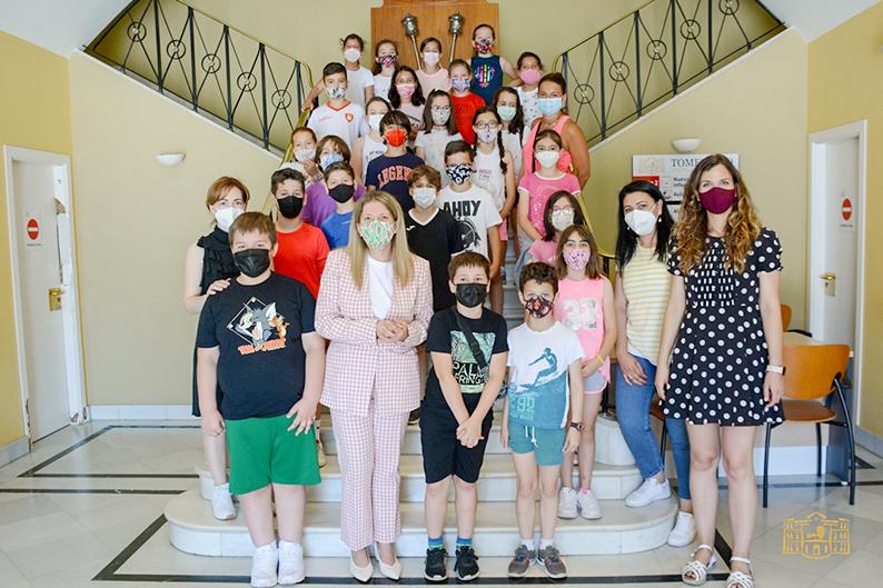 La alcaldesa de Tomelloso recibe a un grupo de alumnos del colegio Félix Grande que han visitado el Ayuntamiento