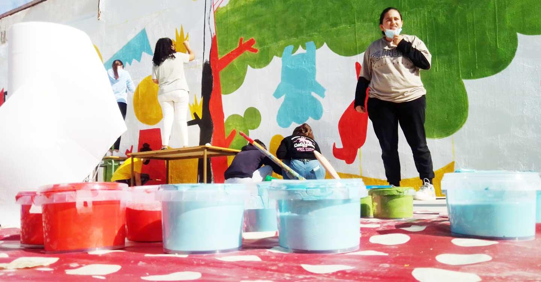 El alumnado del IES Francisco García Pavón de Tomelloso pinta un mural en la pista deportiva del centro