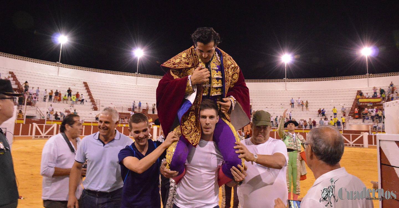 Antonio Linares, a hombros por la Puerta Grande en la corrida de Feria de Tomelloso