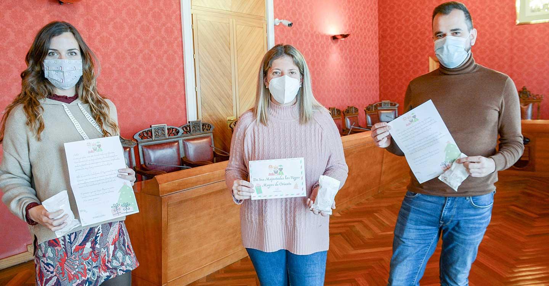 El Ayuntamiento de Tomelloso ayuda a sus Majestades los Reyes Magos de Oriente en el reparto de caramelos