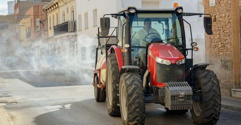 El Ayuntamiento de Tomelloso continuará mañana con las labores de desinfección por todas las calles y espacios públicos de la ciudad.