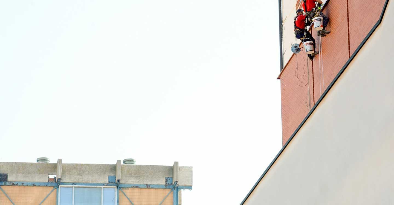 El Ayuntamiento de Tomelloso realiza trabajos de mantenimiento y limpieza en cubiertas de edificios municipales