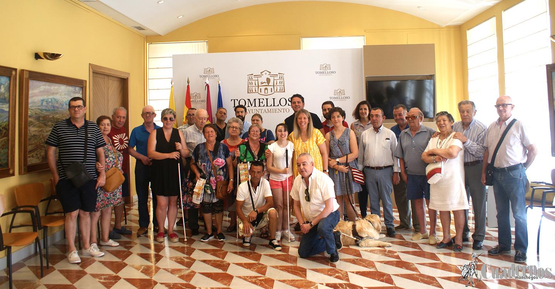 Ayuntamiento de Tomelloso y ONCE facilitan mandos a distancia a personas con discapacidad visual para activar señales acústicas en varios semáforos