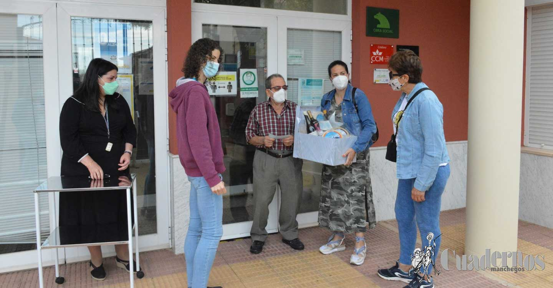 La gran hazaña de la tomellosera María Parra culmina con la entrega de una cesta solidaria