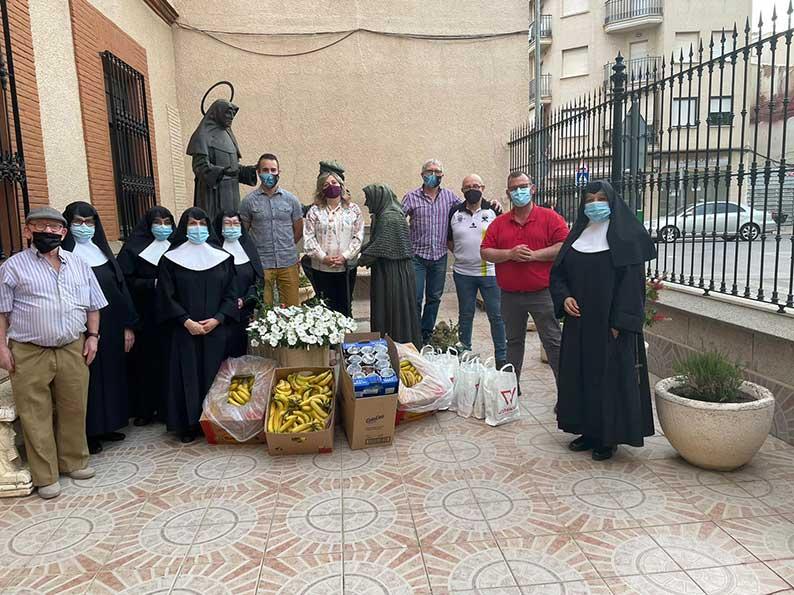 El Club Grego Racing Team y el Club Ciclista Tom Bike realizan una donación de alimentos a la residencia de ancianos San Víctor de Tomelloso.