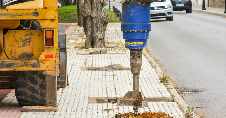 Continúan los trabajos de repoblación de árboles y reparación de acerados con destoconadora