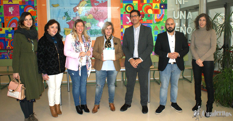 José Manuel Caballero e Inmaculada Jiménez asisten al CEIP Colegio Jose María del Moral para hacer entrega de libros conmemorativos del Centenario de Francisco García-Pavón.