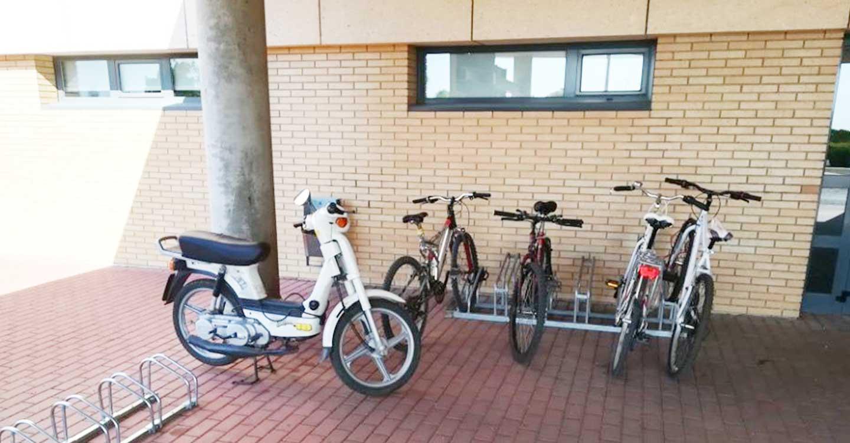 El Hospital de Tomelloso sigue priorizando la salud ambiental e instala seis nuevas zonas de aparcamiento para bicicletas