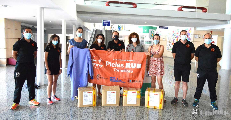 """El Hospital de Tomelloso recibe cien batas gracias al acto solidario """"Muévete 43 minutos por 43 días"""" organizado por los Pieles Run y el Ayuntamiento de Tomelloso"""