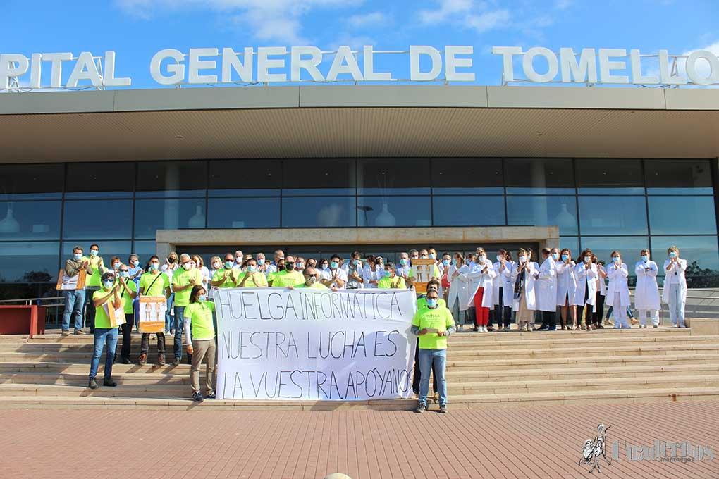 Concentración a las puertas del Hospital de Tomelloso en apoyo a la huelga de los informáticos del SESCAM