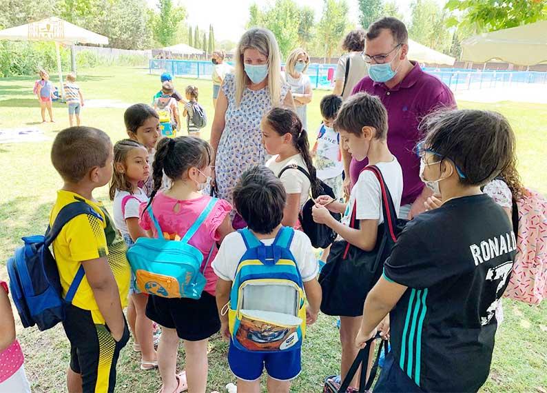 Inmaculada Jiménez constata sobre el terreno el entusiasmo de los participantes en el Campamento Urbano y la Escuela Especial de Verano