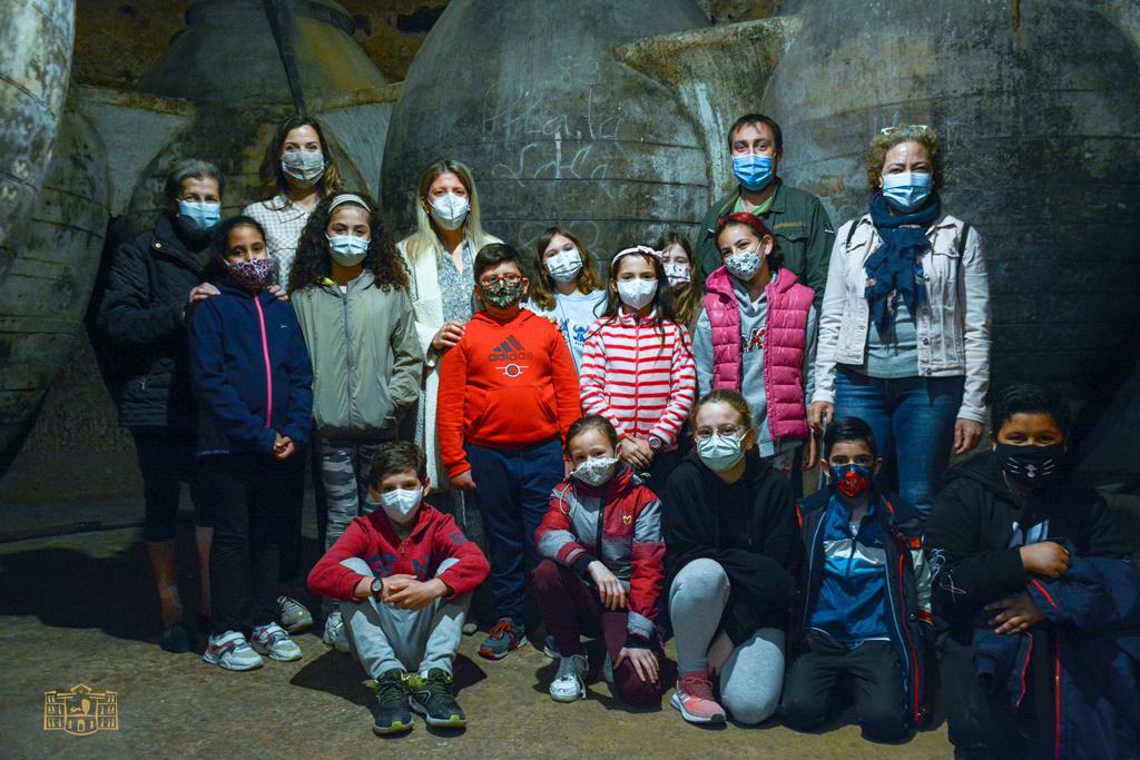 Inmaculada Jiménez recorre con los escolares el mágico mundo de las cuevas de Tomelloso