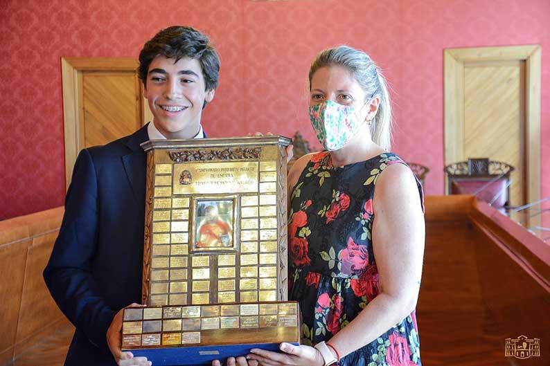 Inmaculada Jiménez recibe a Gonzalo Rodríguez, flamante campeón de España de golf en categoría infantil