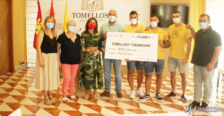 Inmaculada Jiménez y los organizadores del 'I Torneo Throwdown Tomelloso' entregan una donación de 5.000 euros a AFAS y las Supernenas