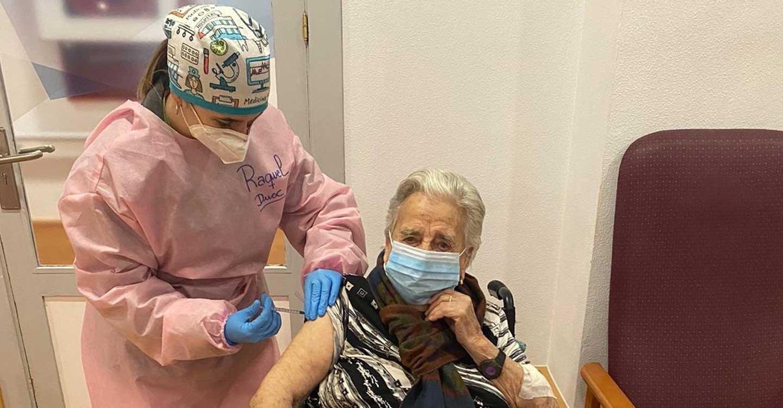 Isabel Cañas Rivas, de 99 años y residente de Elder, primera vacunada frente a la COVID-19 en Tomelloso