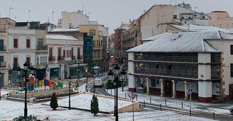 Un dispositivo especial del Ayuntamiento de Tomelloso para hacer frente al temporal de nieve ha repartido ya cerca de 10.000 kilos de sal en calles de la ciudad