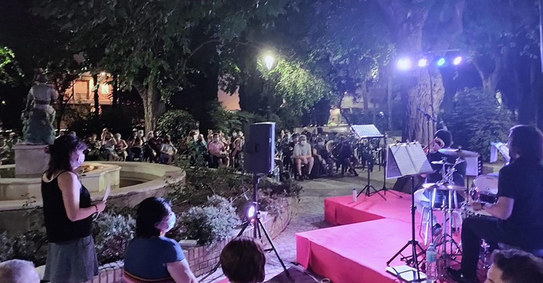 Aforo completo en la 'jam' que anoche inundó de poesía y jazz la Glorieta de María Cristina