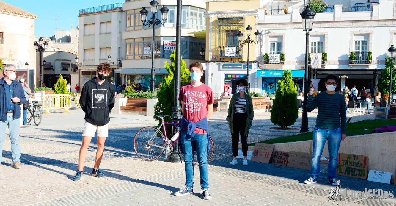 Juventud por el Clima de Tomelloso se concentra en la Plaza de España para defender un modelo que supere la precariedad, la destrucción del entorno y las profundas desigualdades sociales.