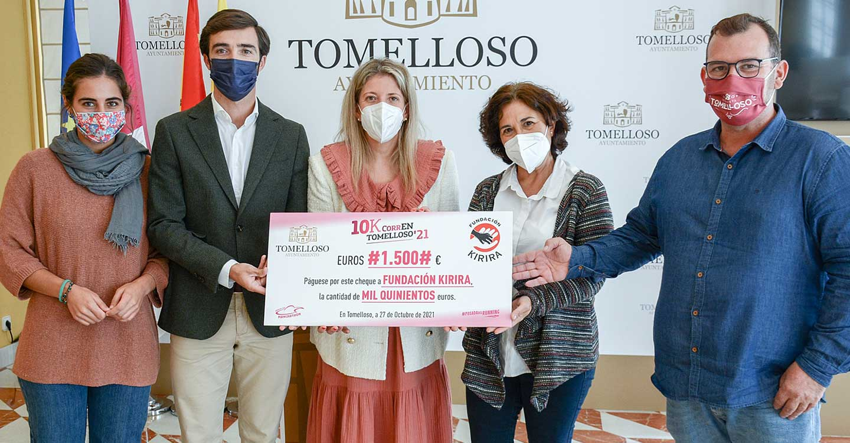 Kirira recibe la donación solidaria de los participantes más pequeños en la 10K