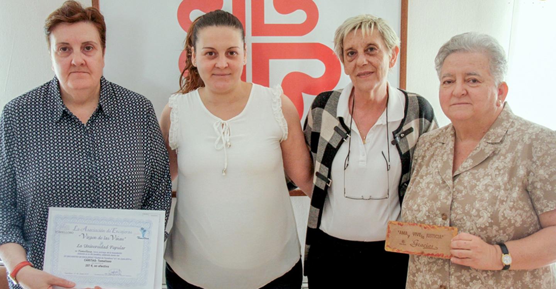 La Universidad Popular entrega a Cáritas un donativo conseguido en el XV Encuentro de Encajeras