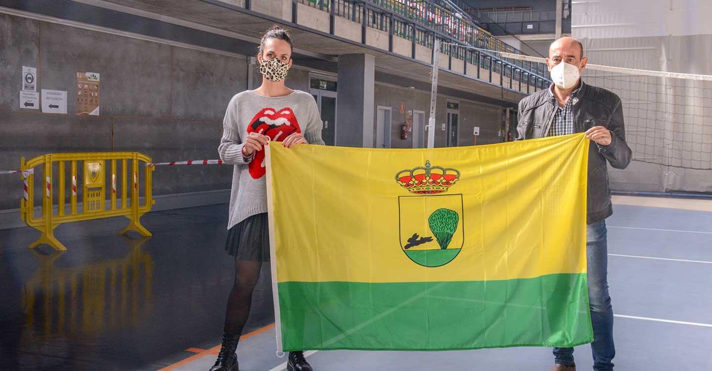 Laura Gallego felicita al ciclista Carlos Perona por su participación en una competición de ámbito europeo que se celebra en Cáceres
