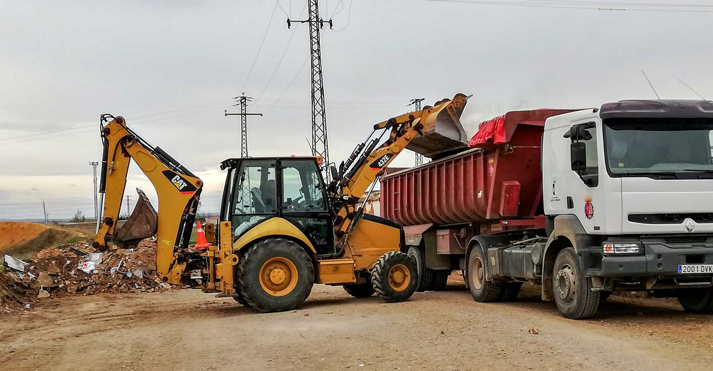 En marcha una intervención de limpieza exhaustiva de áreas de vertidos diseminados y escombros, en caminos y periferia del casco urbano de Tomelloso