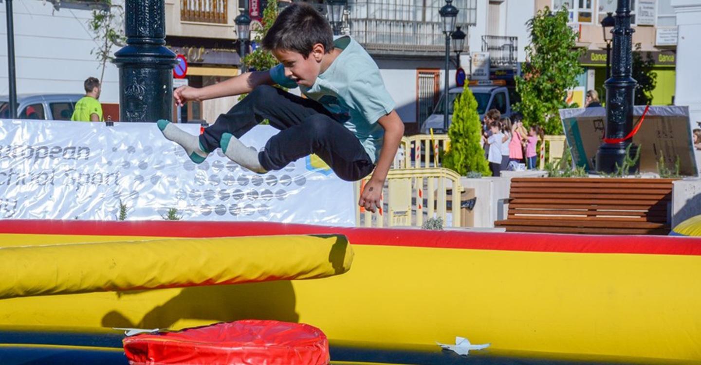 Los escolares viven una gran mañana saludable e inclusiva en la plaza de España