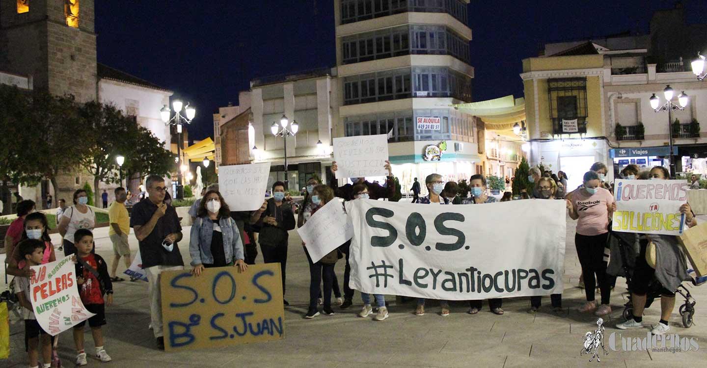 El Barrio San Juan de Tomelloso se manifiesta en la Plaza de España y recoge firmas para la aprobación de una ley antiokupas