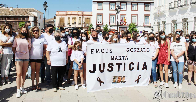 Unas 300 personas se han concentrado en la Plaza de España de Tomelloso para pedir justicia por Emous, Gonzalo y Marta