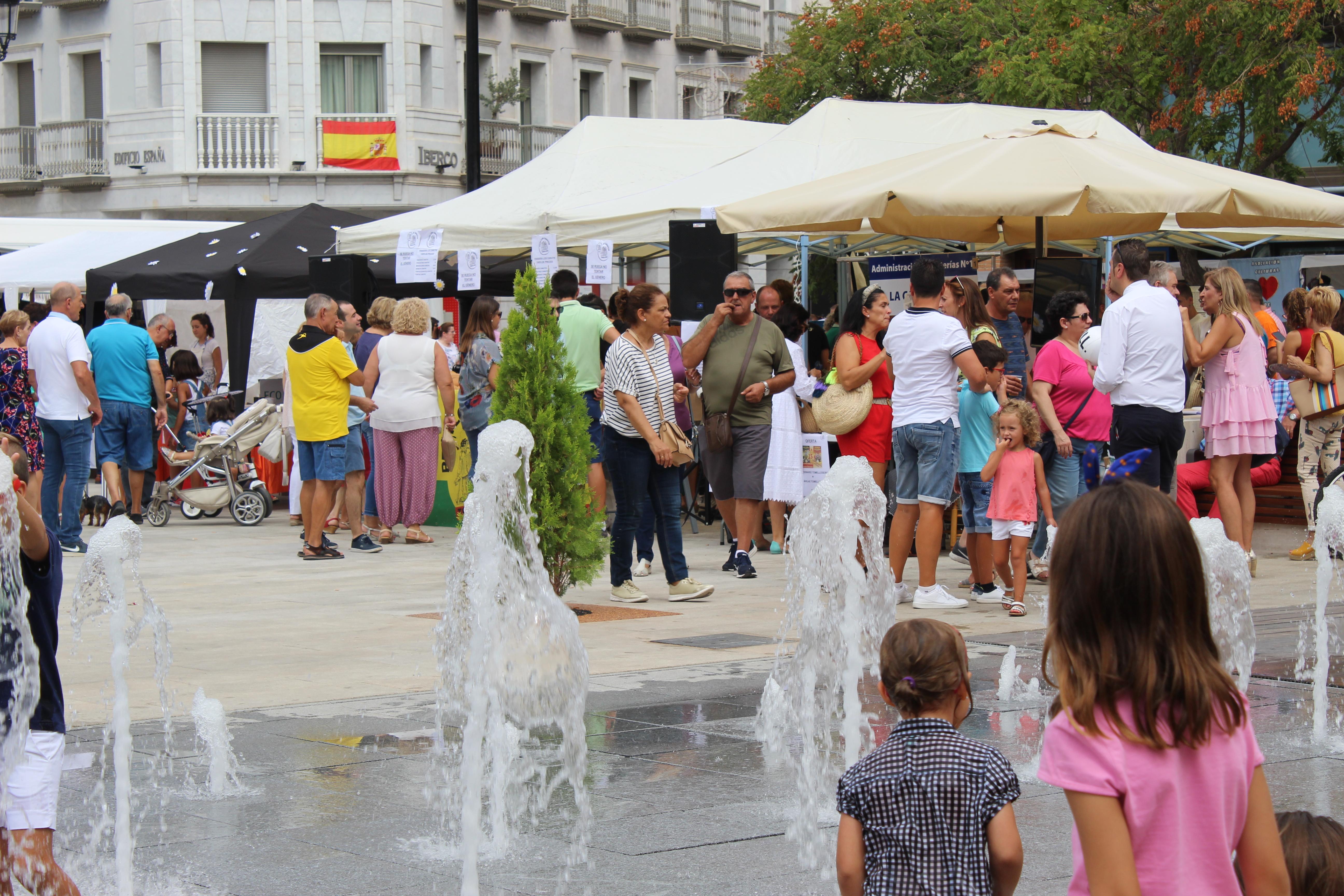 El mercado llena de tradición la renovada Plaza de España de Tomelloso