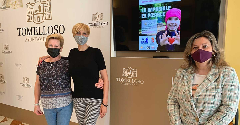 Montse Benito muestra el apoyo del Ayuntamiento de Tomelloso a las 'Supernenas', que ha organizado una ruta senderista solidaria