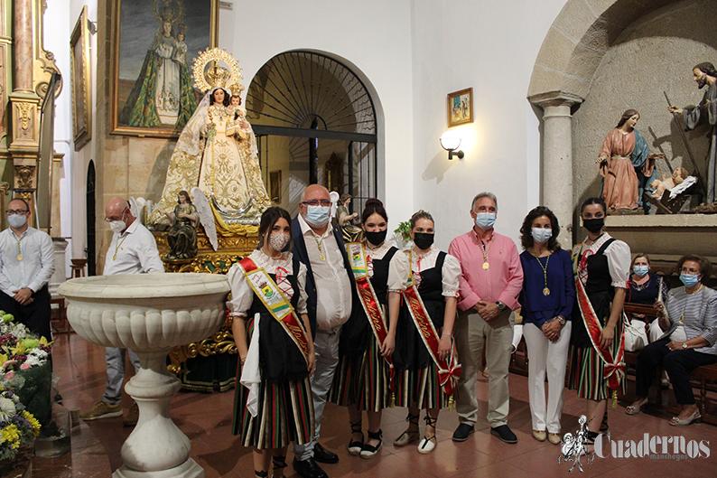 En un atípico comienzo de la Feria de Tomelloso, la ofrenda de flores y obsequios a la Patrona se ha celebrado dentro de la Parroquia de la Asunción