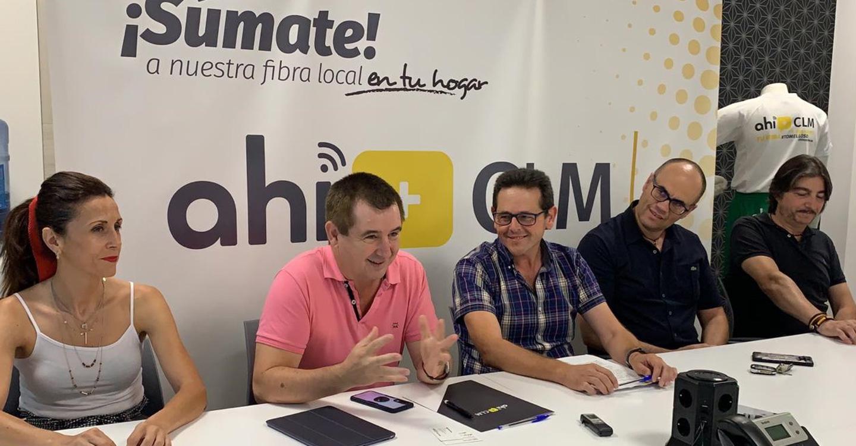 La operadora de telecomunicaciones Ahí+ CLM ha firmado esta tarde un acuerdo de colaboración con el club Baloncesto Atlético Tomelloso para apoyar al equipo, al club deportivo y su afición a lo largo de la próxima temporada.