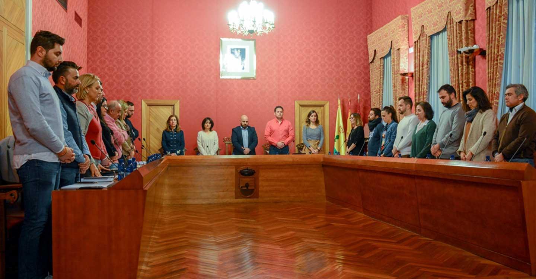 El Pleno del Ayuntamiento de Tomelloso guarda un minuto de silencio por la mujer asesinada en Puebla de Almoradiel