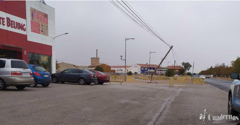 Un poste de la luz en Tomelloso sufre prácticamente una rotura