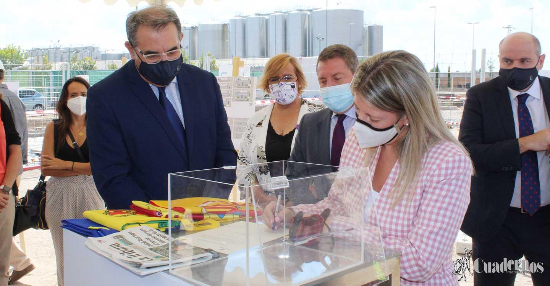 Inmaculada Jiménez y Emiliano García-Page han colocado hoy la primera piedra del nuevo centro de salud de Tomelloso