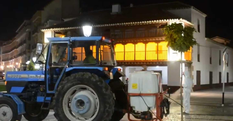 Trabajadores municipales y agricultores culminan con éxito la quinta operación de desinfección por todas las calles y espacios de Tomelloso