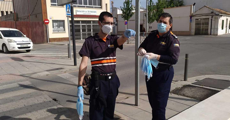 Protección Civil de Tomelloso ha repartido mascarillas en las cercanías de la estación de autobuses