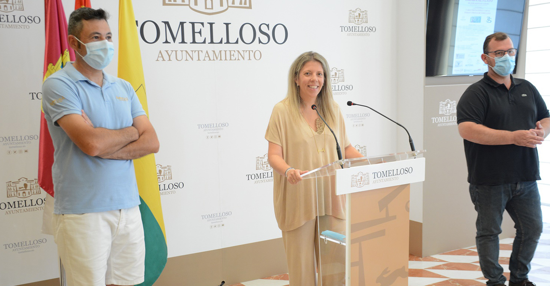 La alcaldesa de Tomelloso presenta con el tirador olímpico Jesús Serrano la competición de Tirada al Plato organizada con motivo de la Feria