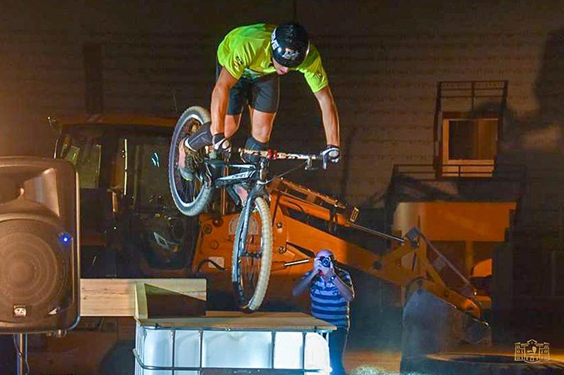 """Gran espectáculo el ofrecido el sábado en la I Exhibición Trial-Bike """"Ciudad de Tomelloso"""" organizada por el área municipal de Deportes"""