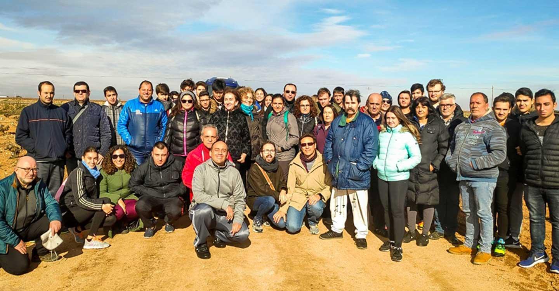 Usuarios del CRPSL de Tomelloso y alumnos de secundaria participan en una ruta de senderismo